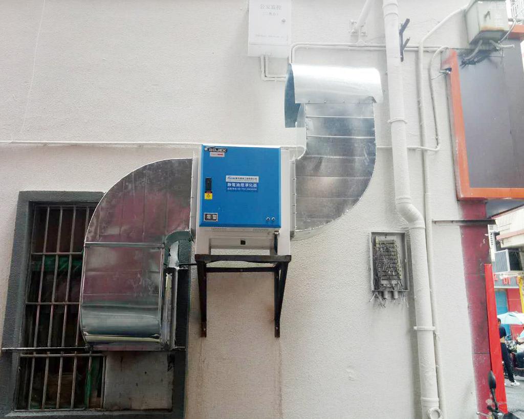 油烟净化器安装在酒店的外墙上。.png