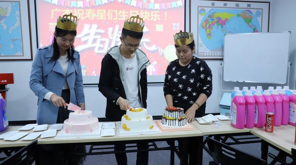 美女帅哥们开始企切蛋糕了
