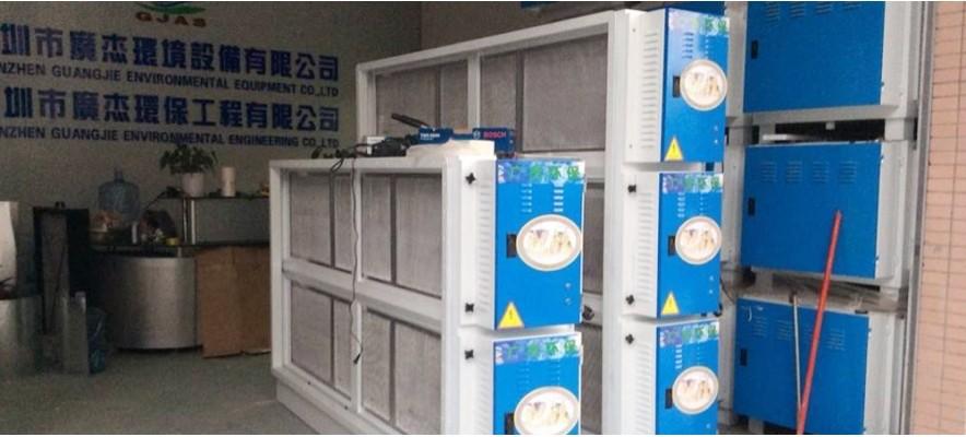 广杰环保公员工在帮深圳社保局调试油烟净化器